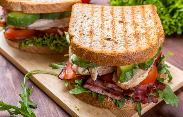 BLT sandwich met Amerikaanse Knoflooksaus
